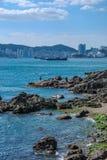 Sommarlandskapet av den steniga stranden Arkivbild