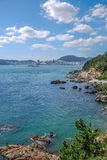 Sommarlandskapet av den steniga stranden Royaltyfri Foto