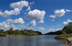Sommarlandskapflod Arkivfoto