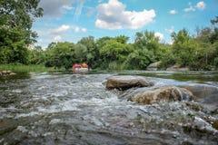 Sommarlandskapstenar i floden arkivfoton