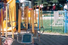 Sommarlekplats i parkeragungakarusellen utan folk Arkivbild