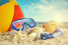 Sommarleksaker på stranden royaltyfria foton
