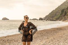 Sommarlivsstil Ung kvinna som tycker om sommar i en härlig fjärd arkivbild