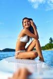 Sommarloppsemester Lycklig kvinnagyckel i havet konkurrensar som dyker pölsportar som simmar vatten Royaltyfri Bild