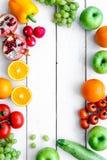Sommarmat med utrymme för bästa sikt för nya frukter och för grönsaker för text arkivfoton