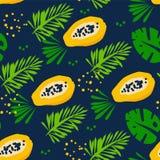 Sommarmodellen med den abstrakta papayaen, tropiska växter och gömma i handflatan filialer på mörk bakgrund Prydnad för textil oc Royaltyfria Bilder