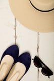 Sommarmodeuppsättning Hatt för kvinna` s, balettlägenheter och solglasögon royaltyfri bild