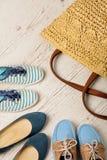 Sommarmodeuppsättning Påse och skor för kvinna` s Selektivt fokusera arkivfoto