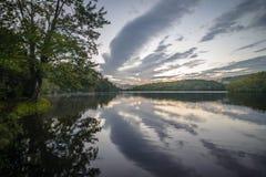 Sommarmorgon på Julian Price Lake arkivbild