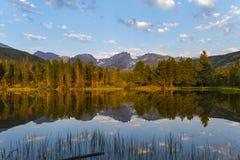 Sommarmorgonen på Sprague Lake Rocky Mountain National parkerar Arkivbild