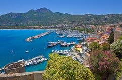 Sommarpanorama av Calvi, Corsica Arkivfoto