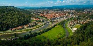 Sommarpanorama av den gamla staden av Celje Arkivfoton