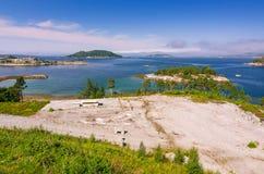 Sommarpanorama av fjorden för norskt hav Arkivfoto