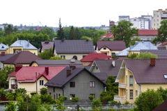 Sommarpanorama för härlig sikt av modernt tyst förorts- bostadsområde Trevliga bekväma två storied nya stugor med färgrikt Arkivfoto