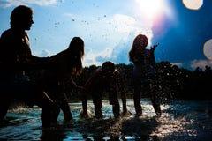 Sommarpartifolk på stranden Arkivfoto