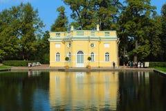Sommarpaviljong på kusten av spegeldammet. Tsarskoye Selo, Ryssland. Royaltyfria Bilder