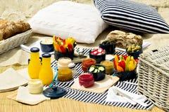 Sommarpicknick på stranden Tjänande som picknickredskapblått med ve Arkivfoton