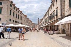 Sommarplats av den huvudsakliga gatan (Stradun eller Placa), Kroatien Royaltyfria Foton