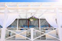 Sommarrestaurang under en markis Äta middag tabell för en romantisk lunch på stranden mot himlen Vila och tyst liv på stranden arkivbilder