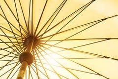 Sommarsäsong som kommer, gul sikt för låg vinkel för paraply under solsken Arkivbild