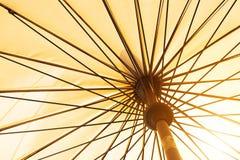 Sommarsäsong som kommer, gul sikt för låg vinkel för paraply under solsken Arkivfoton
