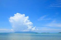 Sommarseascape med bakgrund för blå himmel Arkivbild