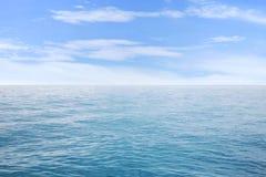 Sommarseascape med blå havs- och himmelbakgrund Arkivbild