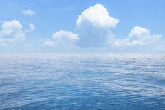 Sommarseascape med blå havs- och himmelbakgrund Royaltyfri Foto