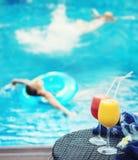 Sommarsemester i simbassäng Arkivbilder