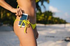 Sommarsemester med smartphonen och karibiskt loppbegrepp arkivbild