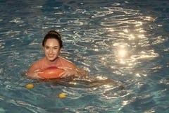 Sommarsemester och lopp till havet, Bahamas sommarsemester och resa av det nätta kvinnabadet på den uppblåsbara cirkeln Arkivbild