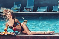 Sommarsemester och simning på havet Pölparti att koppla av i brunnsortsemesterort Modekvinnan med förnyar alkohol i miami royaltyfri fotografi