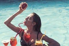 Sommarsemester och simning p? havet P?lparti att koppla av i brunnsortsemesterort Bantar ny vitaminfruktsaft f?r drinken, Coctail arkivfoton