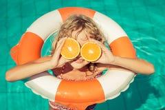 Sommarsemester och sunt ätabegrepp royaltyfria bilder