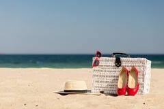 Sommarsemester på havet För resväska- och kvinna` s för vit vide- tillträde royaltyfri fotografi