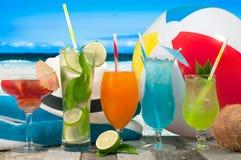 Sommarsemester på sjösidastranden tropiska coctailar Arkivfoto