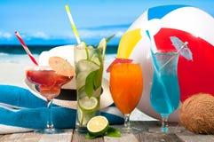 Sommarsemester på sjösidastranden tropiska coctailar Royaltyfria Foton