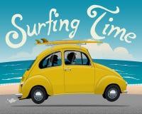 Sommarsemester som surfar den Themed vektorillustrationen för tur av tappninggulingbilen Arkivbild