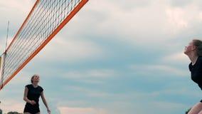 Sommarsemester, sport och folkbegrepp - ung kvinna med bollen som spelar volleyboll p? stranden lager videofilmer