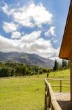 sommarsikt av bergen fotografering för bildbyråer
