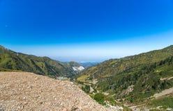 Sommarsikt av bergmaxima av Alatauen Medeo i Alma-ATA i Kasakhstan royaltyfri fotografi