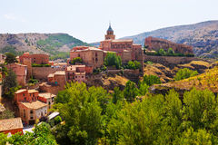 Sommarsikt av bergstaden i Aragon Arkivbilder