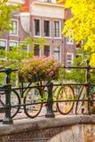 Sommarsikt av cyklar i den holländska staden Amsterdam Royaltyfri Foto