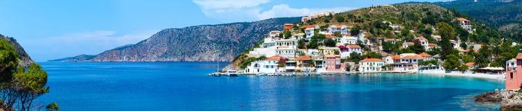 Sommarsikt av den Assos byn (Grekland, Kefalonia) panorama Fotografering för Bildbyråer