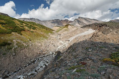 Sommarsikt av den Dzenzur vulkan - aktiv vulkan av den Kamchatka halvön Royaltyfri Fotografi