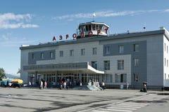 Sommarsikt av den flygplatsPetropavlovsk-Kamchatsky staden kamchatka royaltyfri fotografi