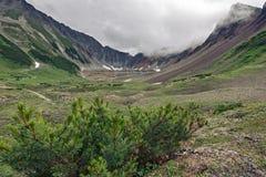 Sommarsikt av den härliga bergcirkusen på den Kamchatka halvön Royaltyfri Fotografi
