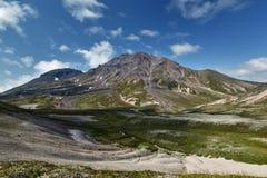 Sommarsikt av den Khangar vulkan - aktiv vulkan av Kamchatka Fotografering för Bildbyråer
