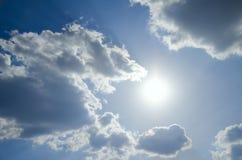 Sommarsikt av den klara blåa himlen med vita moln Fotografering för Bildbyråer