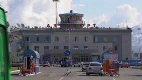 Sommarsikt av den Petropavlovsk-Kamchatsky för flygplatsterminal staden Tid schackningsperiod lager videofilmer
